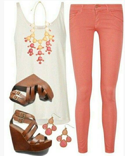 Outfit Primavera bonito, parte superior do tanque branco, skinnies rosa brilhante e cunhas