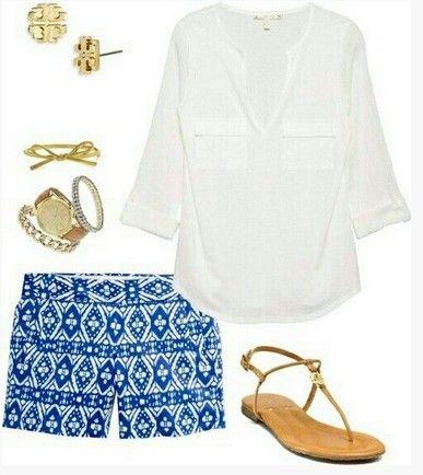 Outfit Primavera bonito, blusa branca, calções de impressão astecas e sandálias marrons