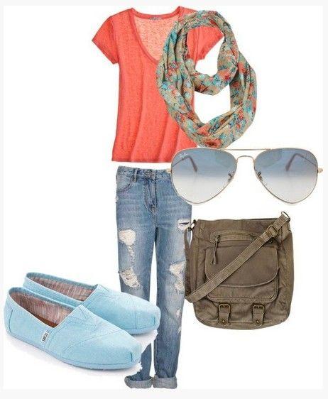 Bonito Primavera Outfit, top de malha coral, destruiu jeans e apartamentos de hortelã