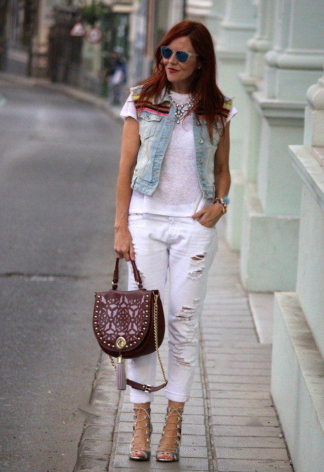Branco rasgado Jeans Outfit Idea com Denim Vest