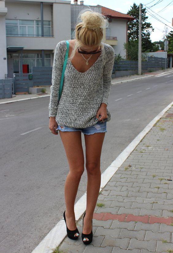Camisola cinzenta e Entalhe Shorts via