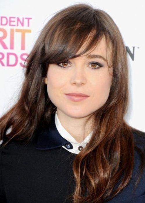 Brunette solto ondulado penteado com franja