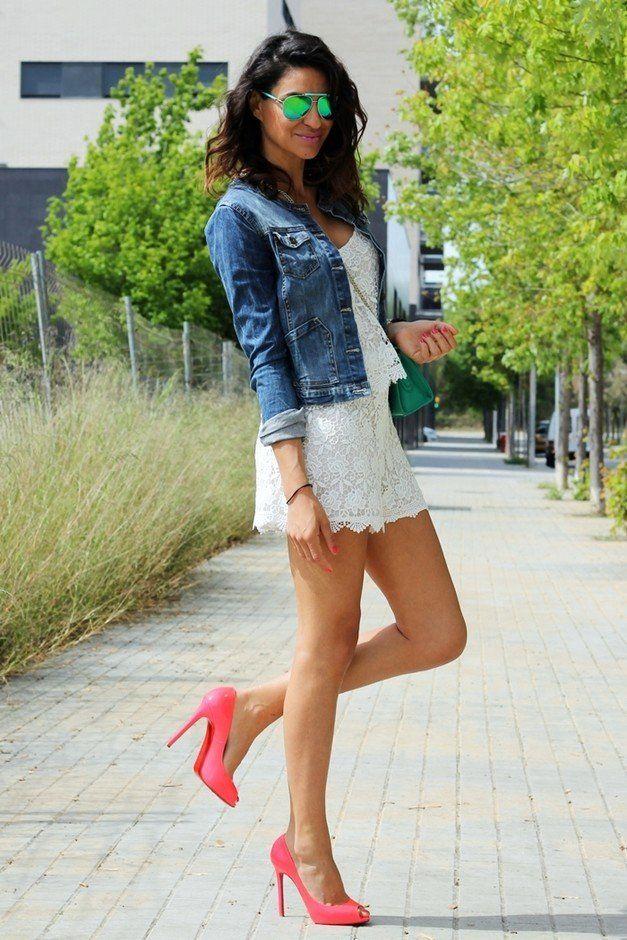 Idea branco do vestido de roupa com uma jaqueta jeans