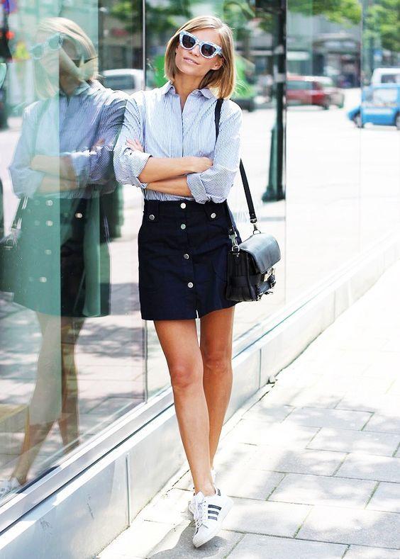 Button-up saia e sapatilhas