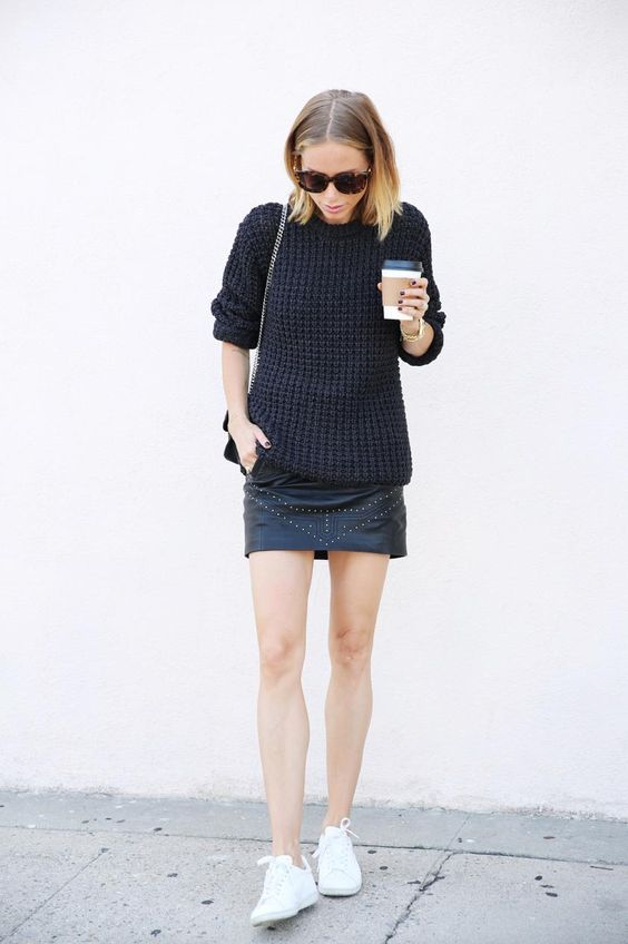 Suéter preto, Mini-saia e branco Sneakers