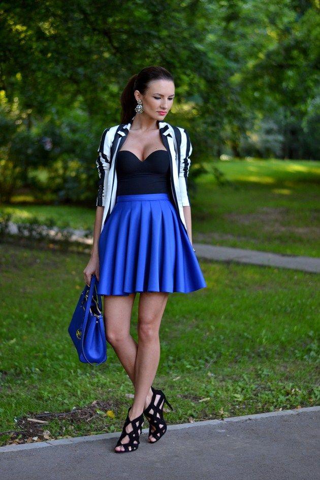 Top preto com azul brilhante saia