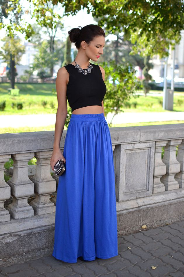 Top preto com saia azul