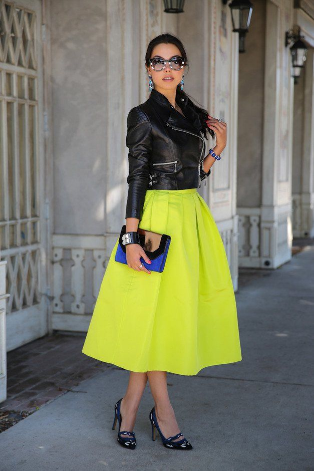 Colorida brilhante saia de Midi e revestimento de couro Outfit