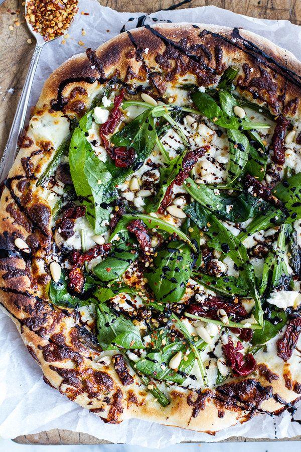 Cogumelo, espargos, e Burrata Pizza com balsâmico