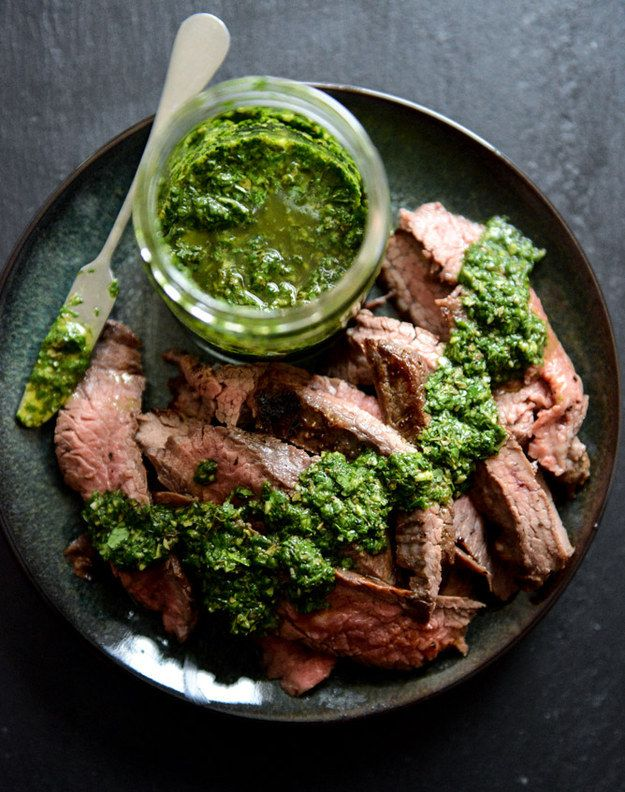 Alho Brown Sugar Flank Steak com chimichurri