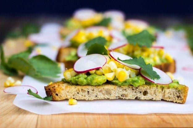 Milho grelhado Crostini com abacate