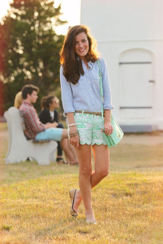 Camisa azul e shorts verdes via