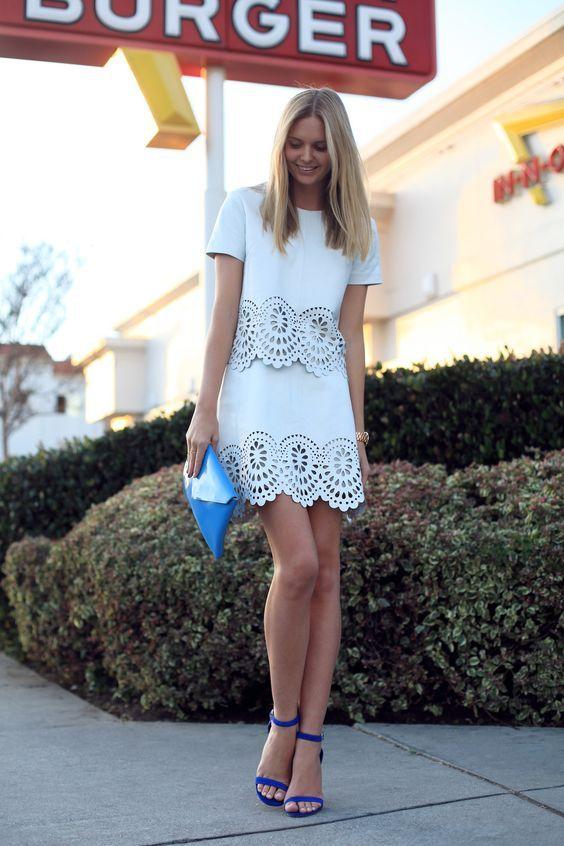 Roupa branca e sandálias azuis via