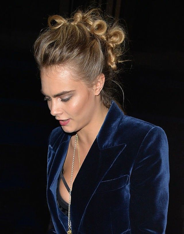 Cara Delevingne atado do falcão do falso penteado
