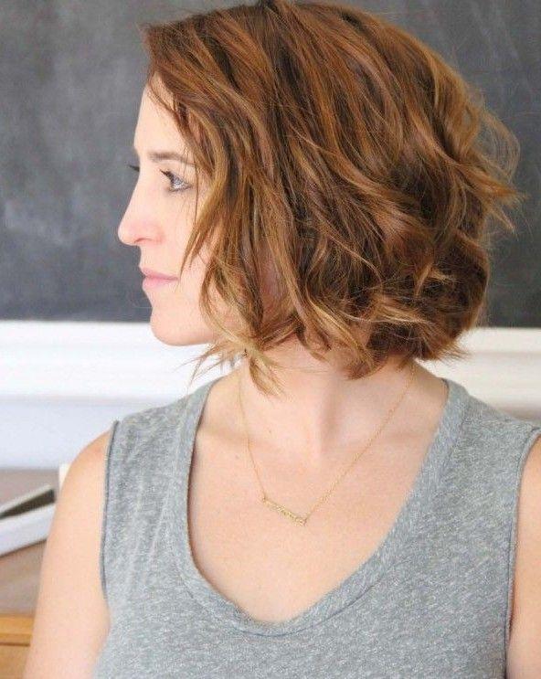 Beachy ondulado penteado do prumo para o cabelo curto