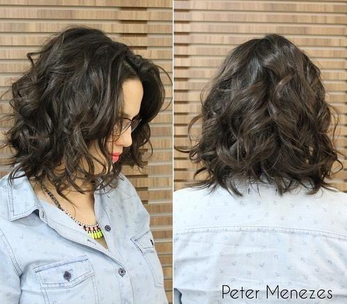 Curto confuso marrom escuro ondulado corte de cabelo bob