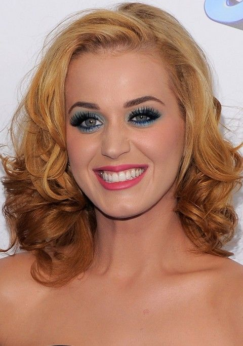 Kat Perry Penteados: Ondas Médias para Golden Hair separaram-Side