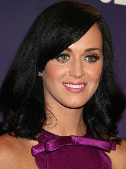 Kat Perry Penteados: Médio Ondulado corte de cabelo com franja lateral varrido