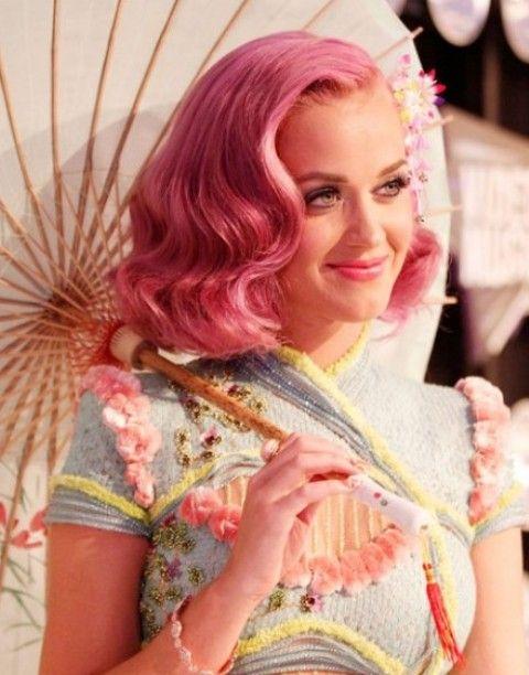 Kat Perry Penteados: Sweet Side-Parted ondulado corte de cabelo para o cabelo rosa