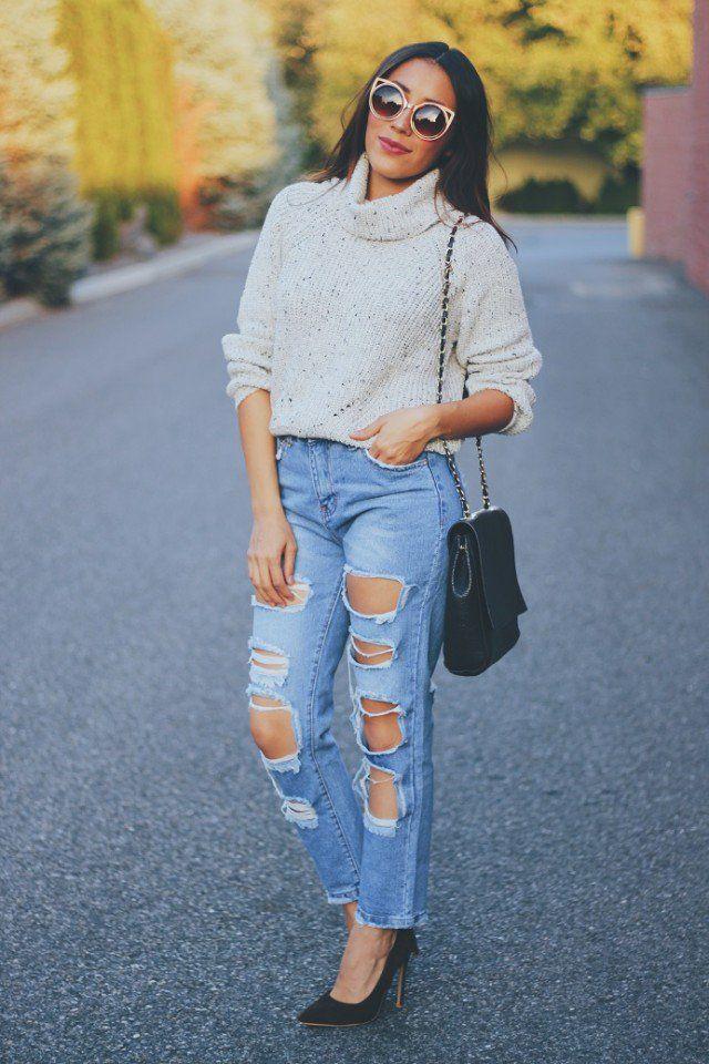 Camisola solta com jeans rasgado