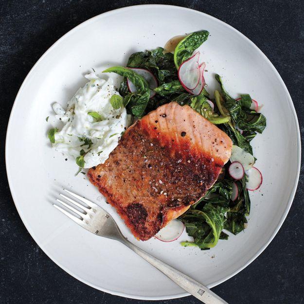 Salmon Pan assado com couve e rabanete Raita