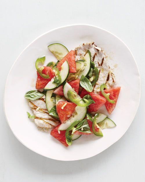 Carne de porco grelhada costeletas melancia pepino salada