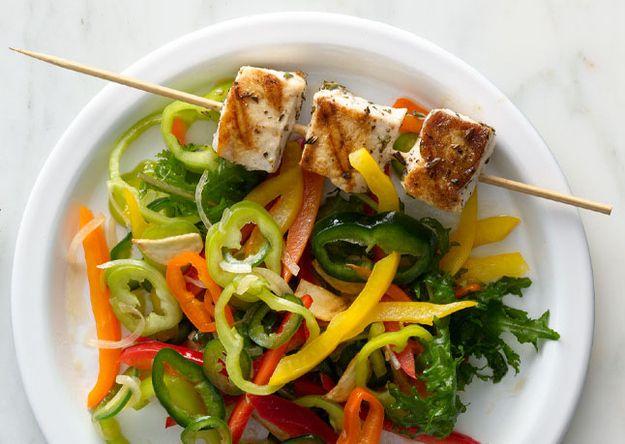 Rosemary Espetos espadarte com pimenta doce Salada