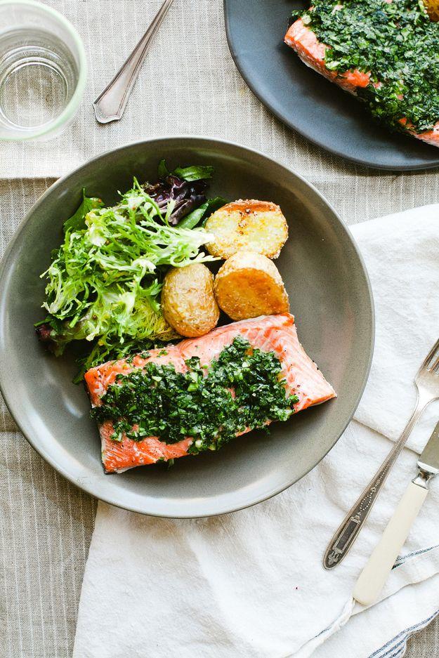 Salmon erva-assado com batatas alevinos