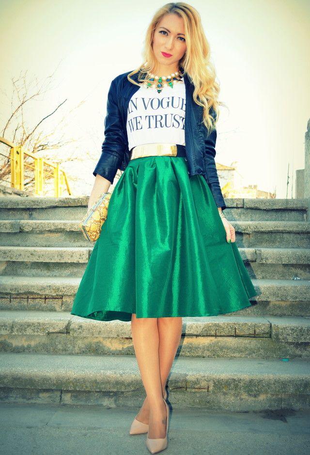 Verde saia de Midi Outfit com uma jaqueta jeans