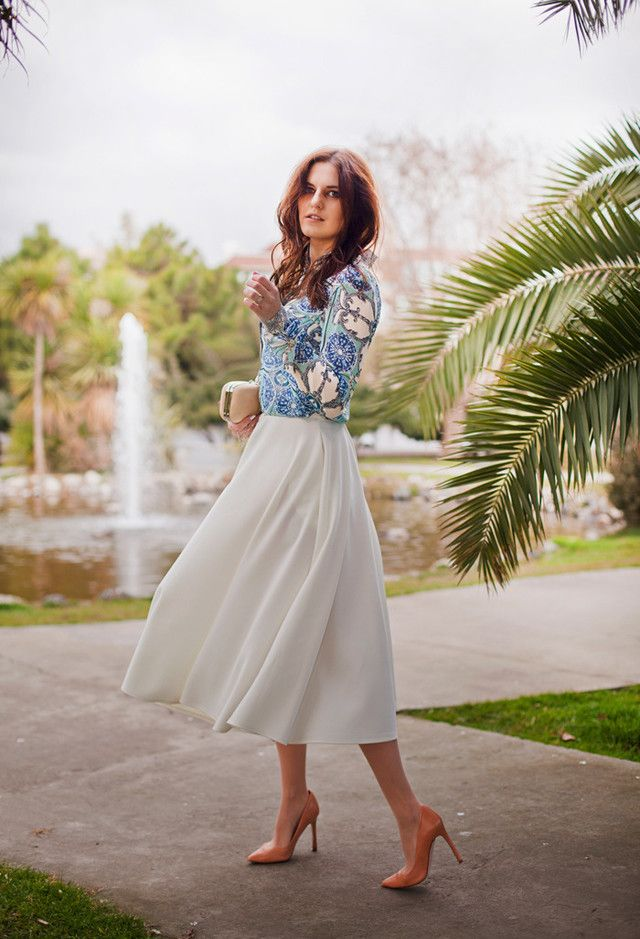 Branco saia de Midi Outfit com uma blusa Impresso