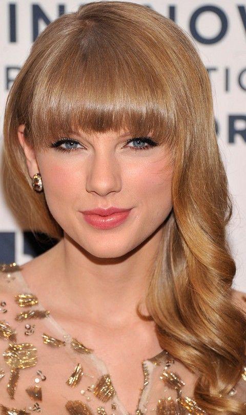 Taylor Swift Penteados: lindos cachos soltos com franja