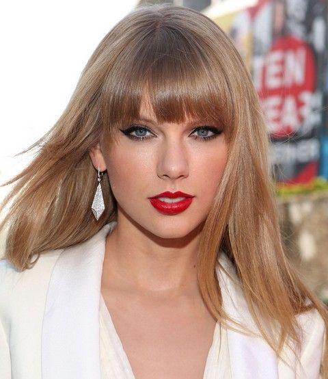Taylor Swift Penteados: Corte de cabelo em linha reta Sassy com Bangs