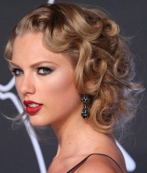 Taylor Swift Penteados: Retro-Chic fixado acima Anelzinho