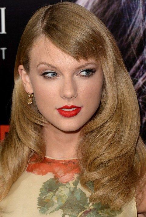 Taylor Swift Penteados: separaram-Side ondulado Haircut