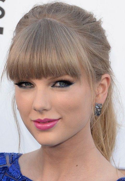 Taylor Swift Penteados: rabo de cavalo louro com Blunt Bangs