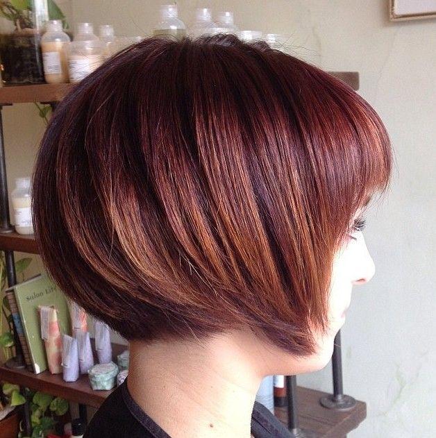 Vista lateral do Brunette Formado Bob Haircut