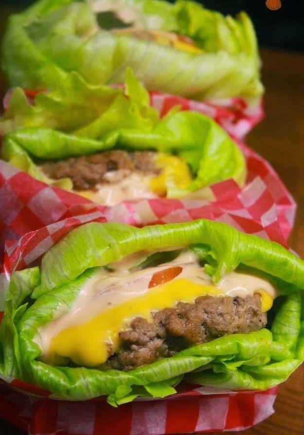 Cheeseburgers Envolvido-alface