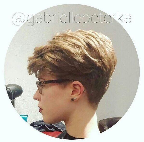 Penteado ondulado curto com Layers