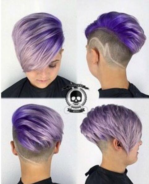 Penteado de rebaixo curto para cabelo roxo