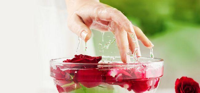 3 Maneiras simples para usar a glicerina e água de rosas para o seu rosto e pele
