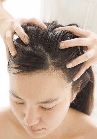Massagem cabeça para o cabelo longo