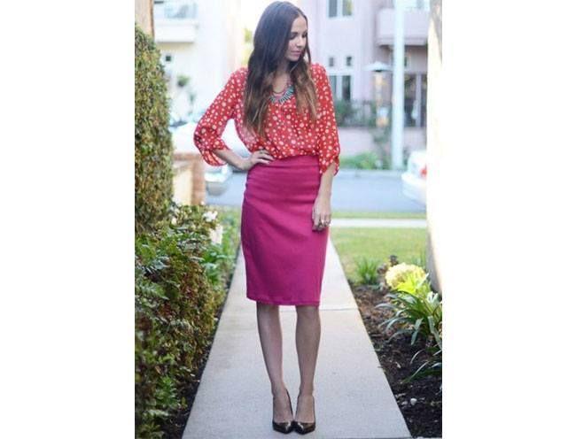 vestir a combinação escaldante de rosa e vermelho