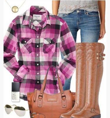 Roxo da manta roupa, manta camisa roxa, jeans e botas na altura do joelho