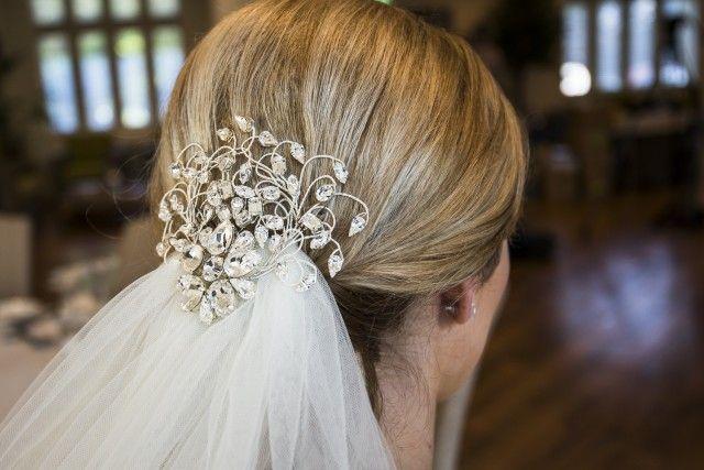 Uma coleção de acessórios para o cabelo de noiva modernos e maravilhosas por ann mckavney