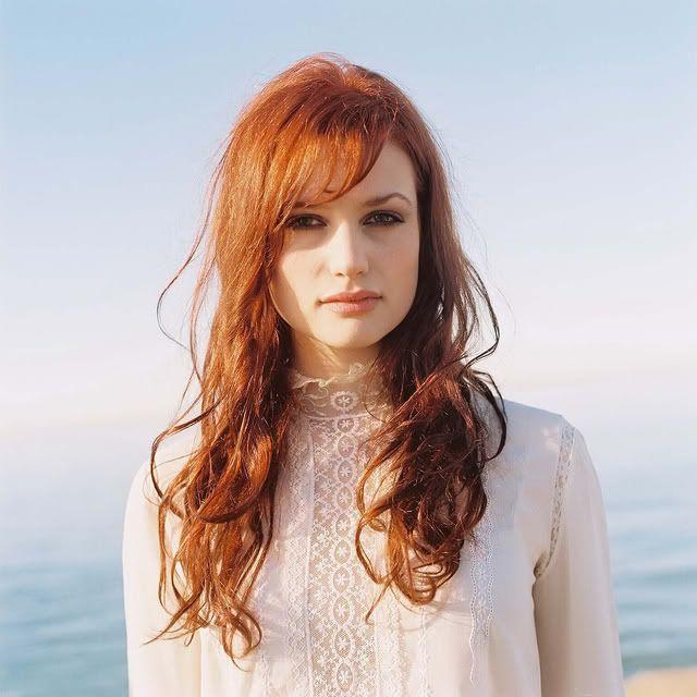 Penteado diariamente casual para o cabelo longo - cabelo cor de cobre longo com franja