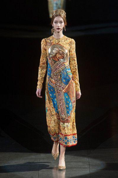 Apanha-se com a moda floral caprichoso: coleção de vestidos e sapatos florais de impressão