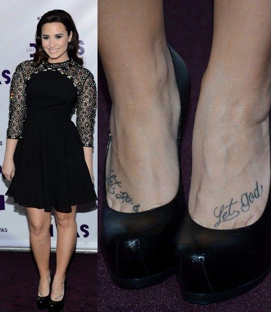 Tatuagens de demi lovato - lettering tatuagem no pé