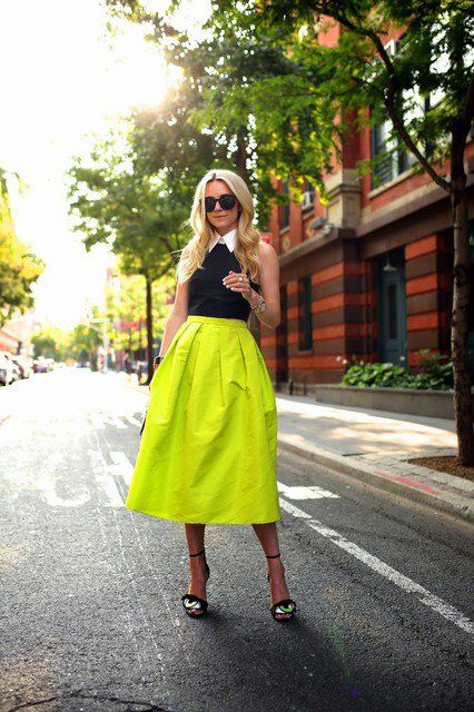 Bonito brilhante colorido saia de Midi Outfit Idea