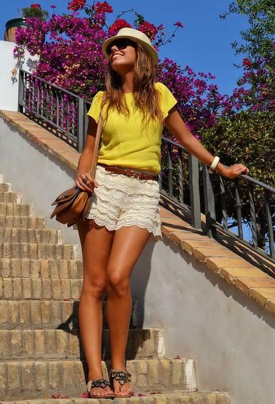 Camisa amarela e shorts brancos Crochet