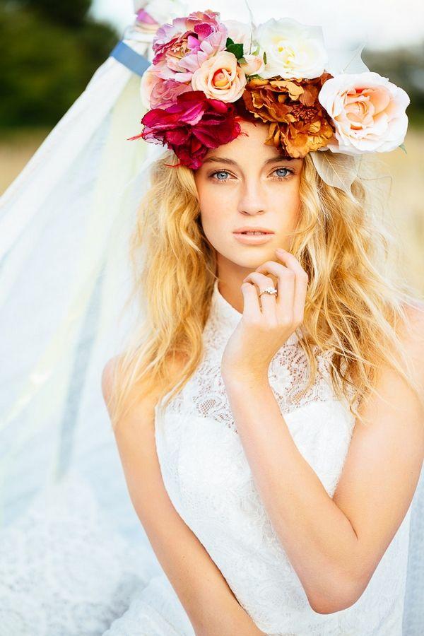 Ideias coroa penteado floral lindos para noivas românticas